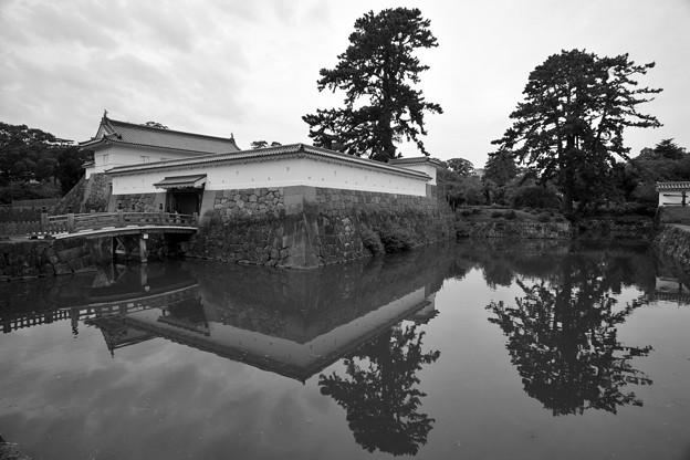 銅門と住吉橋 モノクローム