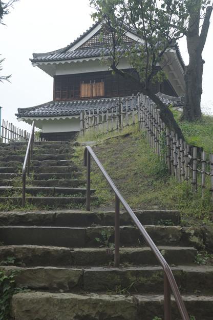 西櫓へ続く石段