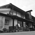 北國街道 柳町の酒屋 モノクロ