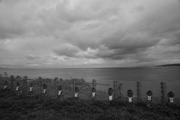 三厩港を見下ろす丘の地蔵たち