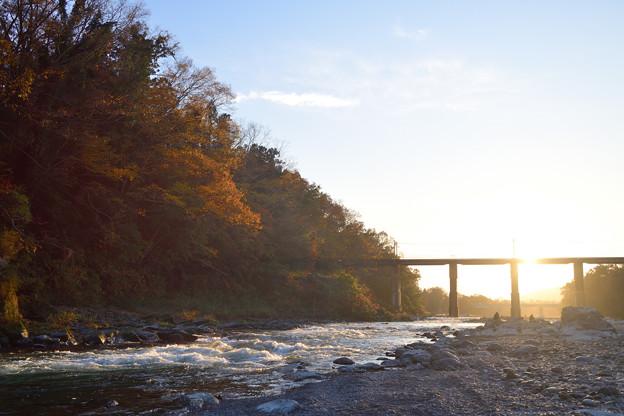 紅葉と逆行に輝く荒川の流れ