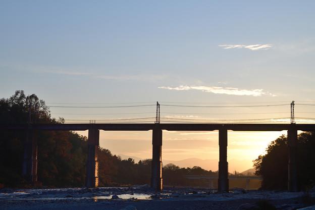 夕日に輝くレンガの橋