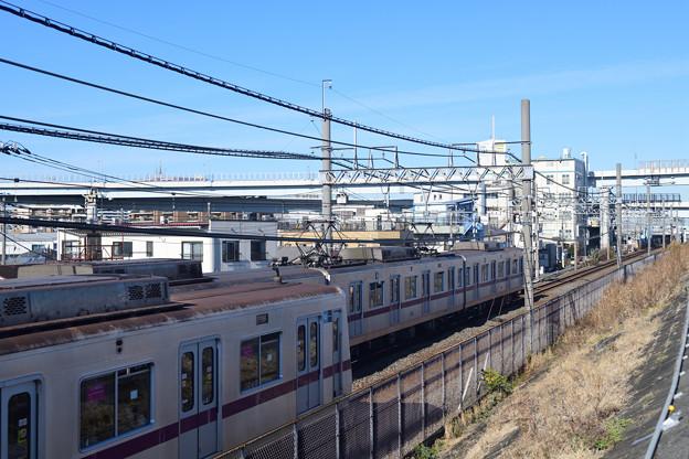 Photos: すれ違う東京メトロ8000系電車