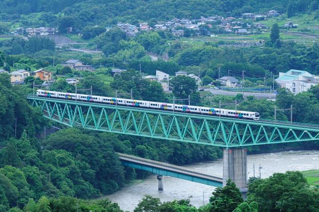 鳥沢鉄橋を渡るE257特急電車
