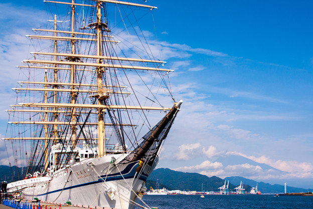 帆船「日本丸」+富士山