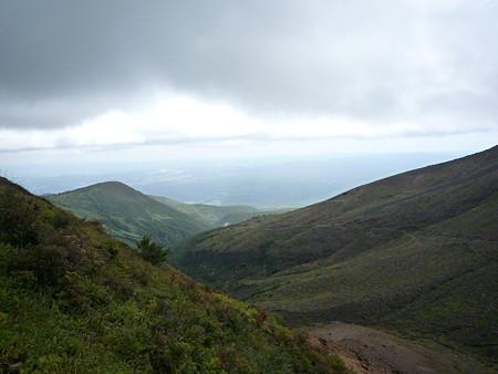 右に見える山の斜面にあるのが上ってきた登山道です