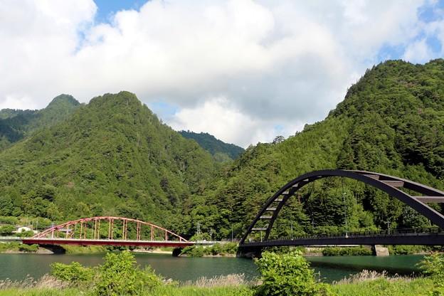 写真: 木曽川と阿寺川に架かる二つの橋