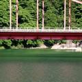 写真: 阿寺川に架かる赤い橋