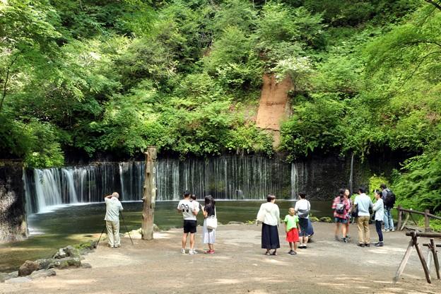 白糸の滝見物観光客
