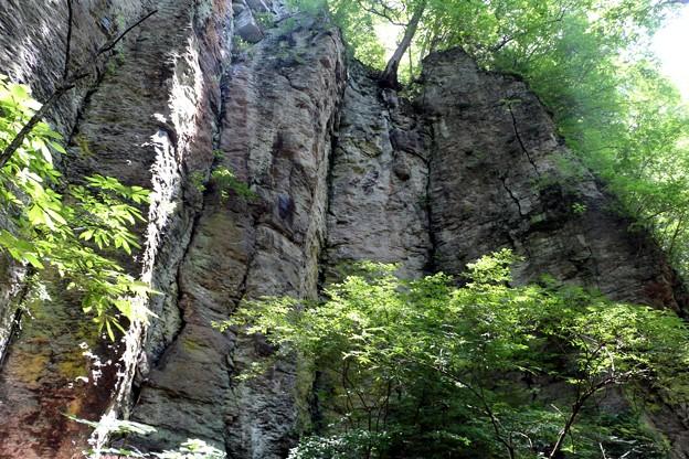 正面に見えた岩壁幅は10m以上続いて居て圧迫感が。
