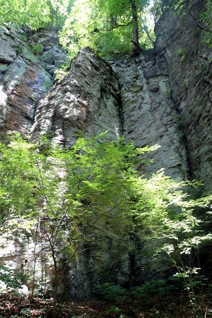 滝の手前はそそりたつ絶壁
