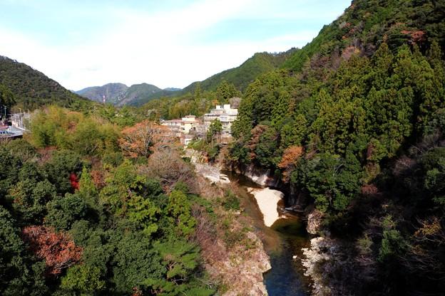 湯谷温泉街を流れる宇連川渓谷
