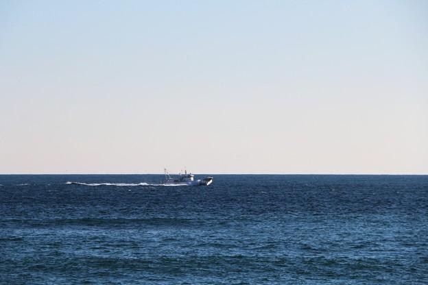 大海原を行く漁船