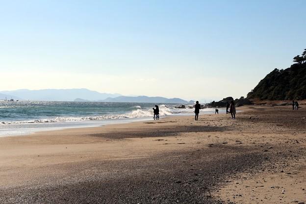 波と戯れる観光客