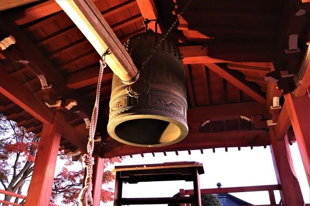 ライトに照らされる梵鐘