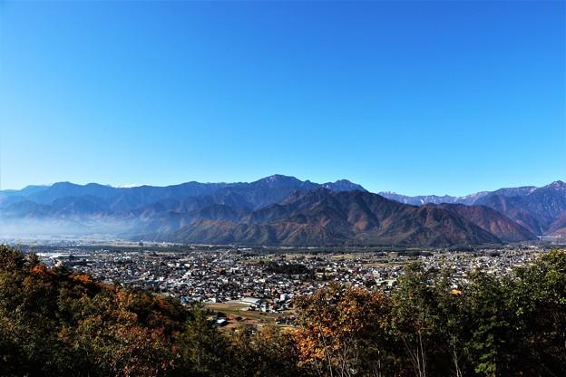 霊松寺より望む大町市内と北アルプスの風景