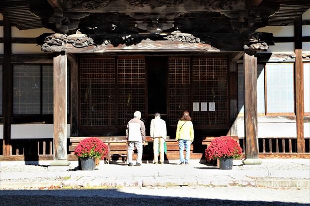 霊松寺拝殿参拝客