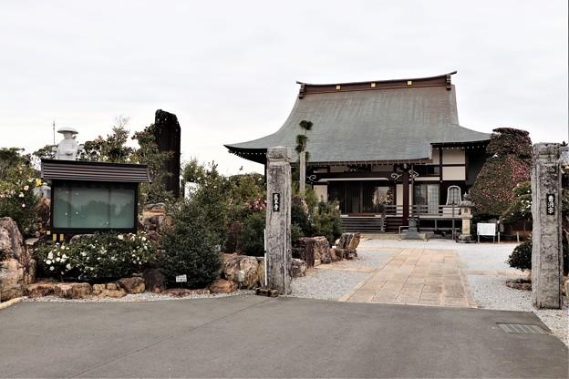 医王寺の境内
