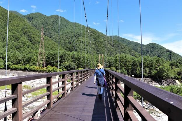こまくさ吊り橋を行く観光客