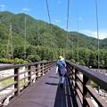 Photos: こまくさ吊り橋を行く観光客