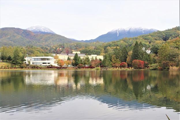 蓼科湖に冠雪の蓼科山と北横岳