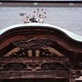 Photos: 破風屋根の上に