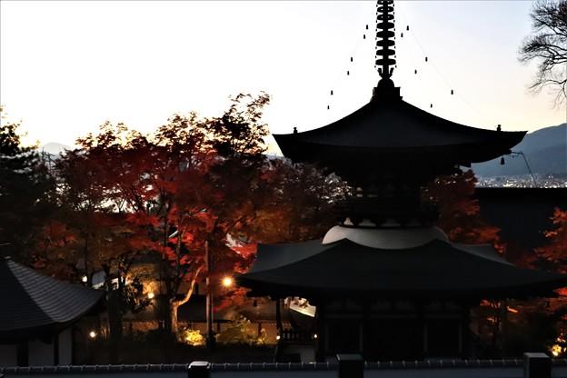 日没の多宝塔