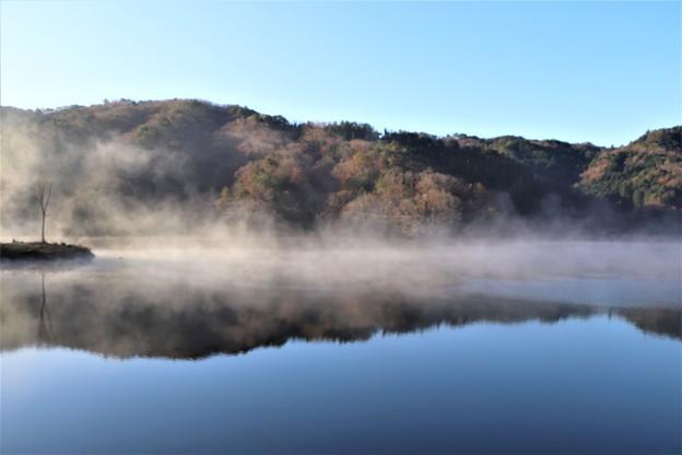 朝霧が沸き立つ三河湖