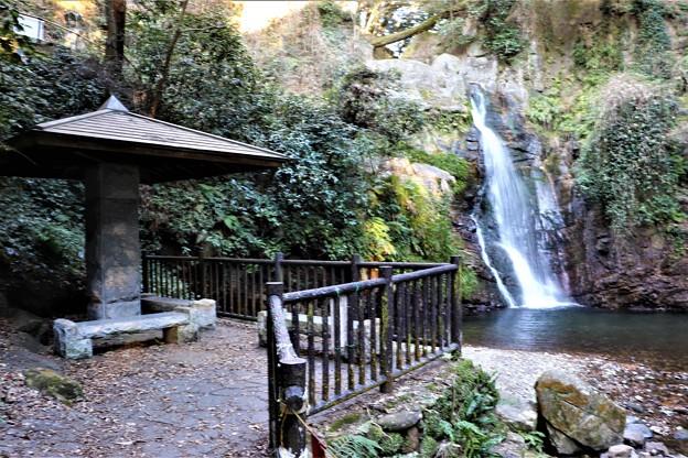 東屋と牛の滝