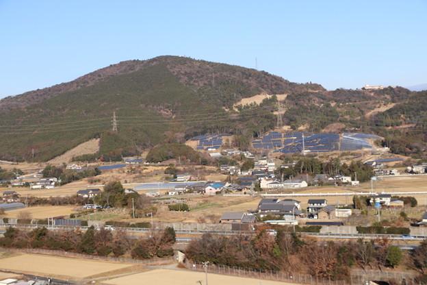 手前の東名高速道路と吉祥山