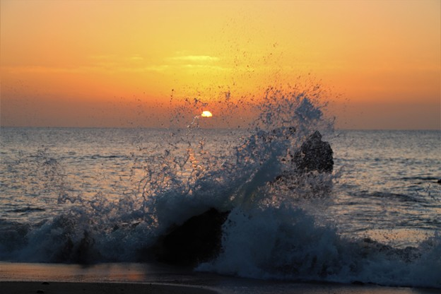 荒波の日の出