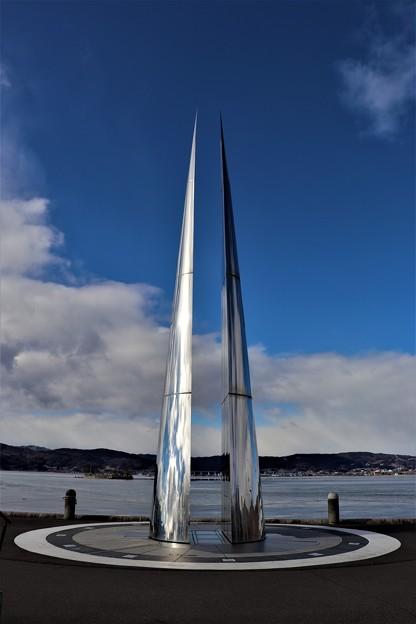諏訪湖畔に建つ「日時計の塔」
