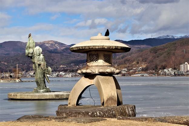 湖上の八重垣姫の像