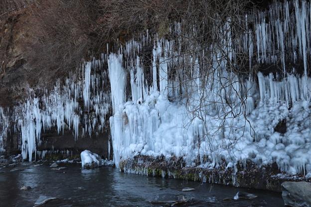 崖下にできた氷柱
