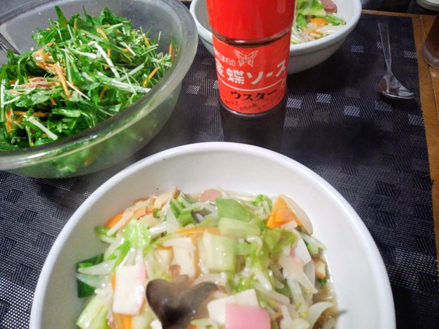 皿うどんと水菜とツナのサラダ