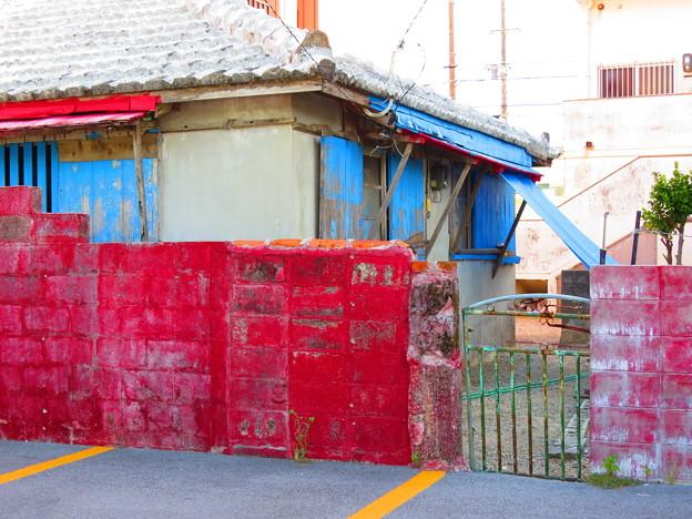 赤いブロック塀
