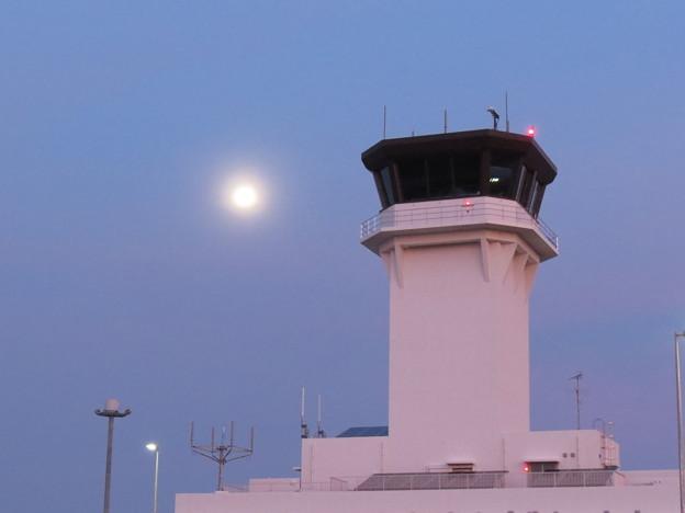 管制塔と月