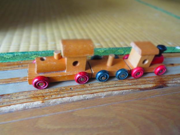収穫の終わった田んぼを行く汽車