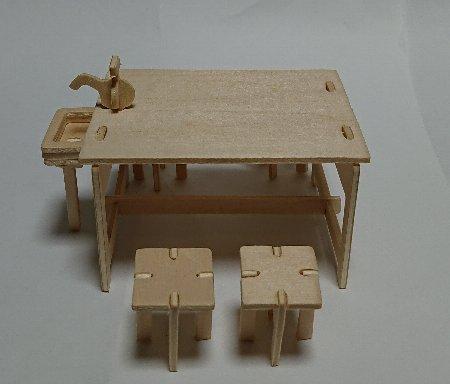 ウッドクラフト学校 理科室の実験台とイス