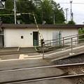 写真: 国見駅の構内踏切とトイレ
