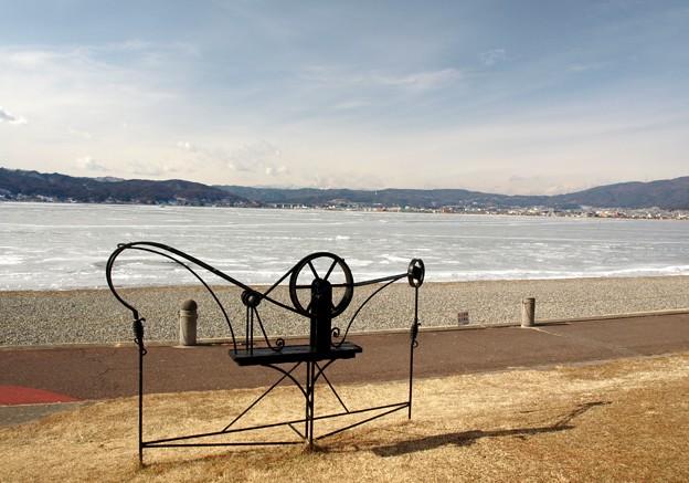 写真: いよいよ氷る諏訪湖。