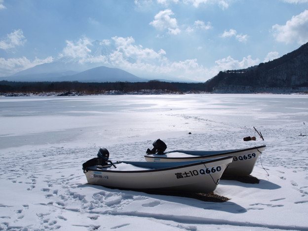 立春、氷る精進湖。