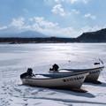 写真: 立春、氷る精進湖。
