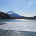 写真: 湖面も解け始め。