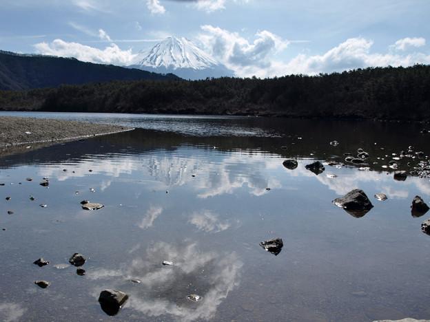 写真: 西湖の雲行き。