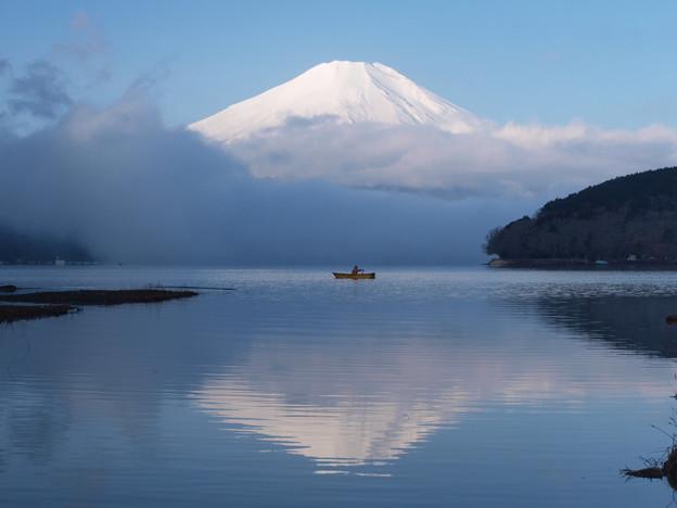 写真: 霧晴れて、舟が出る。