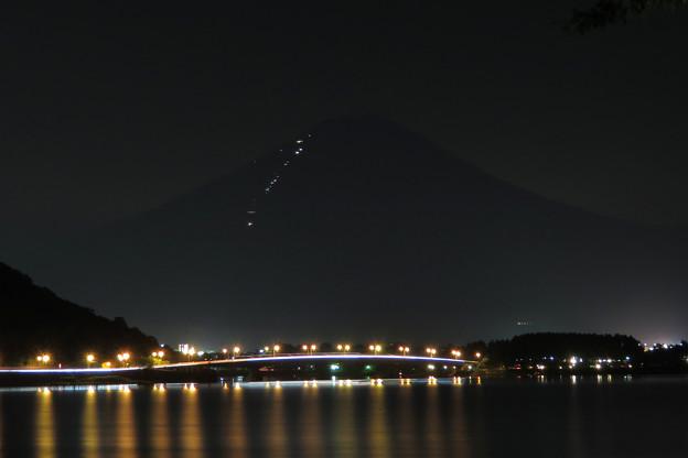 夜の河口湖大橋と登山者の灯り。