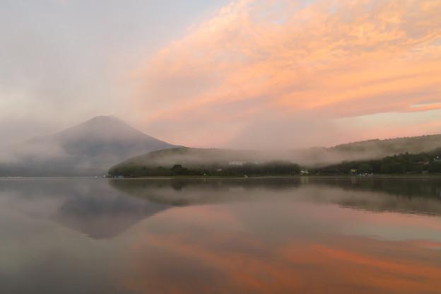 朝焼けの山中湖にて。