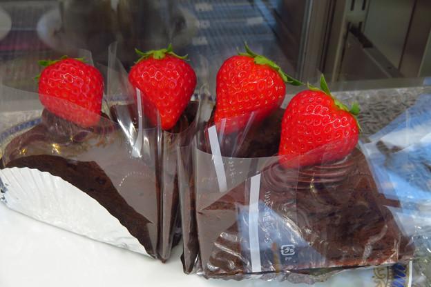 Photos: イチゴ四姉妹チョコケーキ。