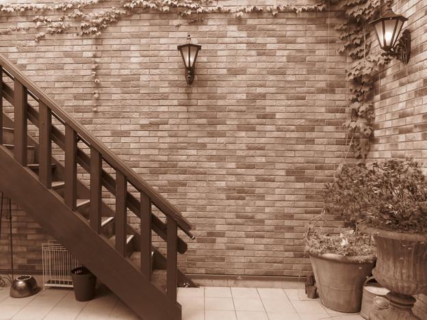 煉瓦の壁のエントランス。
